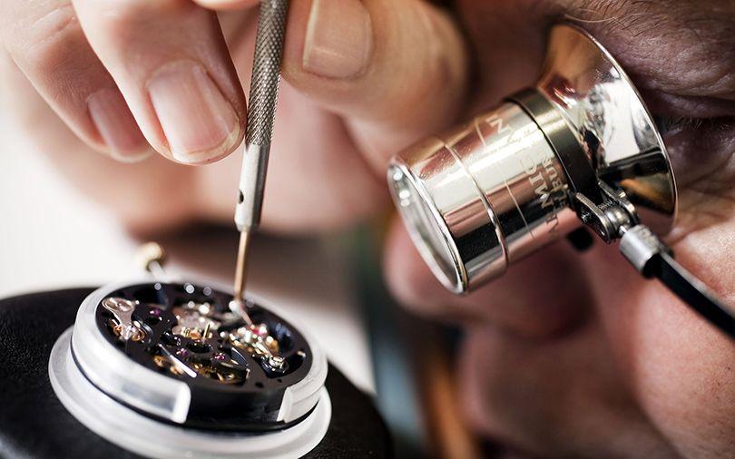 Замену батарейки в кварцевых часах лучше доверить мастеру.