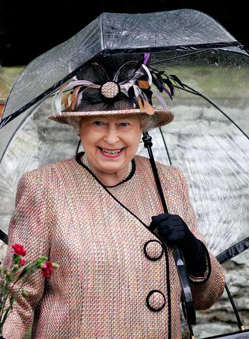 Прозрачные зонты ввела в моду королева Великобритании Елизавета II