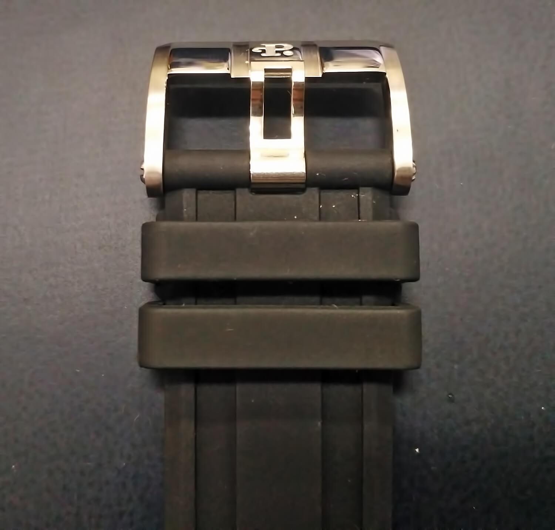 Каучуковый ремешок реплики Perrelet Turbine XL VEGAS Poker оснащен классической застежкой