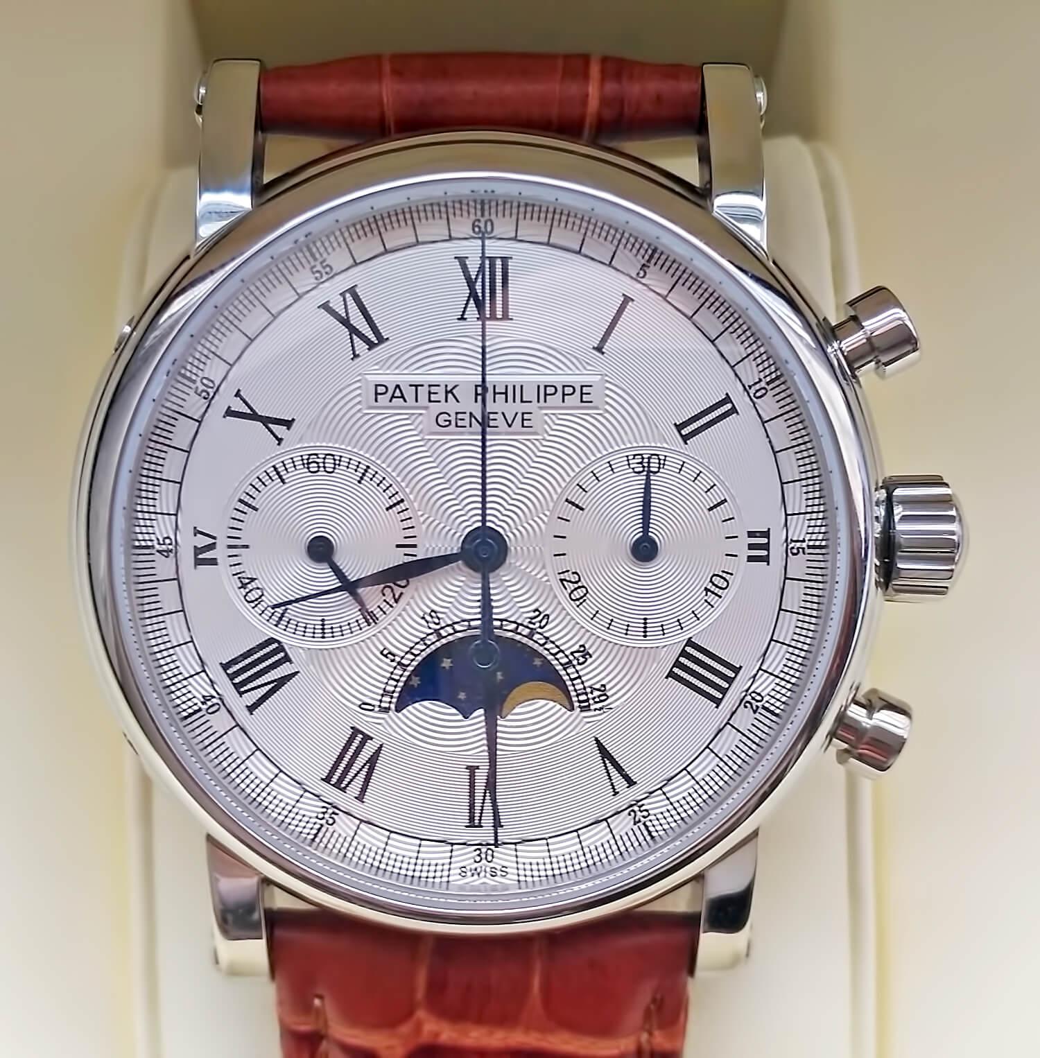 Циферблат часов Patek Philippe GRAND COMPLICATIONS оснащен субциферблатами и индикатором лунных фаз