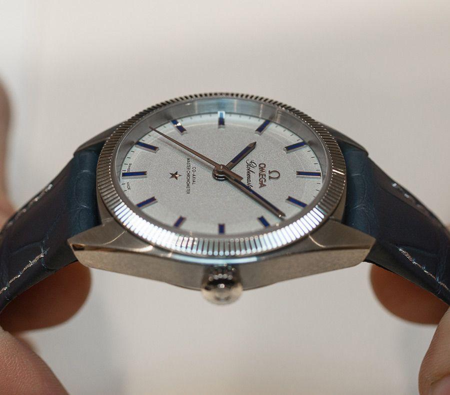 Часы омега на синем ремне с синими метками на белом циферблате