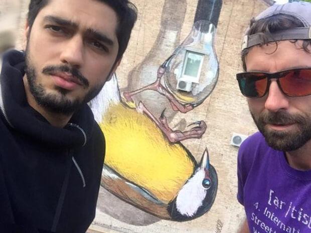 Гео Лерос на фоне фрески (проект Муралы)