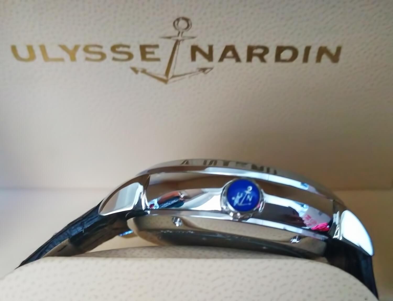 Логотип бренда Улисс Нардан нанесен на заводную головку часов