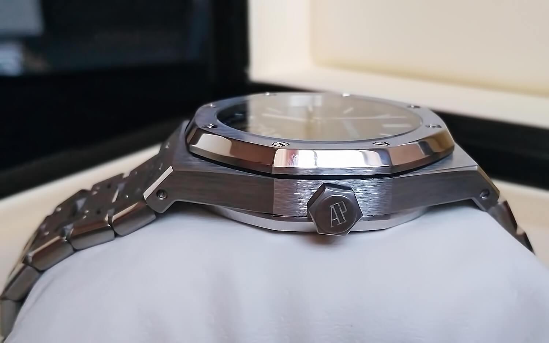 Как и в оригинальной модели, в реплике Royal Oak Tourbillon Extra-Thin заводная головка украшена логотипом AP