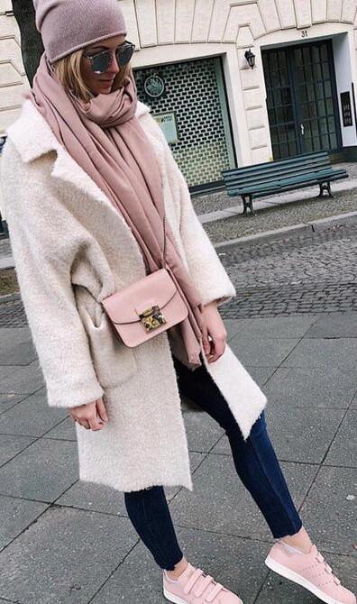Девушка в ярком шарфике