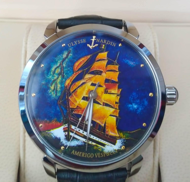 Циферблат реплики Ulysse Nardin Classico Amerigo Vespucci оформлен в ярких синих, оранжевых, зеленых, красных тона
