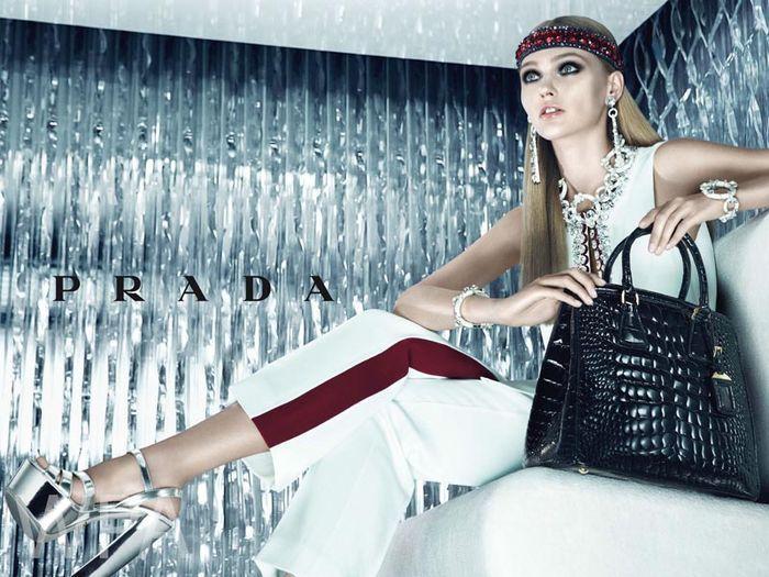 дебютный показ одежды и аксессуаров класса pret-a-porte (прет-а-порте) под брендом Prada.